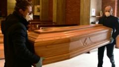 Sargträger in Italien bringen den Sarg einer Verstorbenen in eine Kirche in der Nähe von Bergamo in der Lombardei. (Bild: AFP )