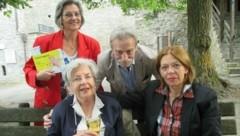 Herta Fauland besuchte vor einigen Jahren noch mit Regina Wochinz die Burghofspiele - am Foto mit Claudia und Adi Peichl. Auch in Friesach hat Fauland jahrelang Regie geführt. (Bild: Burghofspiele Friesach)