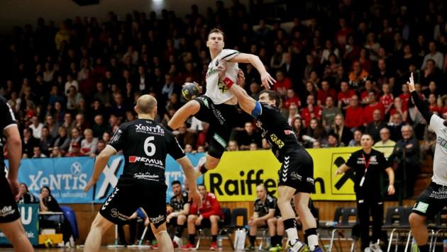 Spannende Handball-Derbys zwischen der HSG Graz (Dicker in weiß) und Bärnbach/Köflach gibt es auch nächstes Jahr in der höchsten Liga. (Bild: GEPA pictures)
