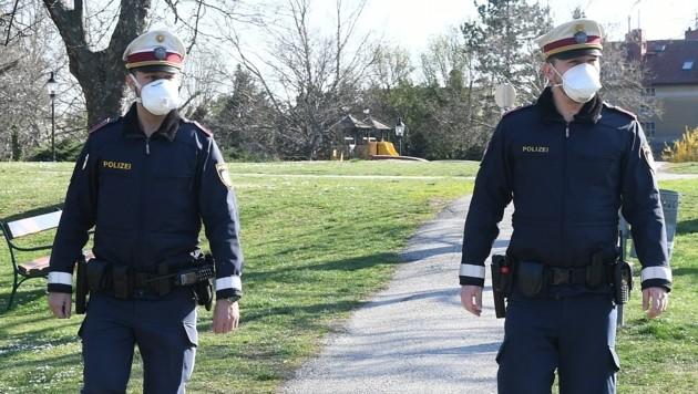 Polizisten mit Maske im Dienst (Bild: P. Huber)