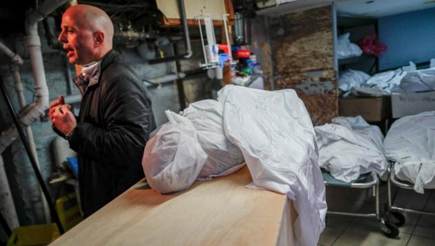 Der Besitzer einer Leichenhalle in New York bittet in einem Interview um Hilfe, während sich hinter ihm die Leichen stapeln. New York ist das Epizentrum der Corona-Krise in den USA. (Bild: AP)