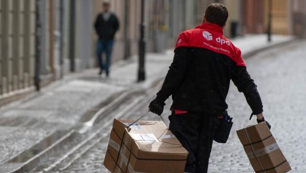 Paketzusteller haben derzeit alle Hände voll zu tun. (Bild: APA/zb/Monika Skolimowska)