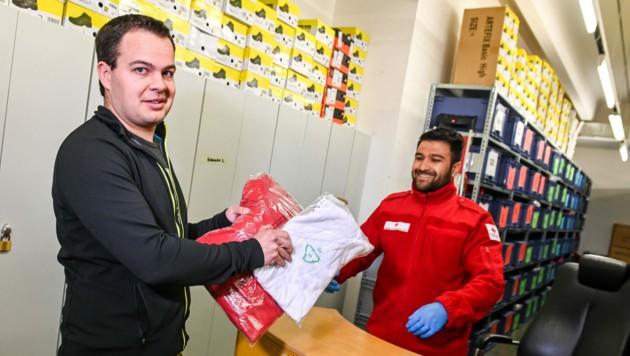 Rund 40 freiwillige außerordentliche Zivildiener, die in den kommenden 3 Monaten für das Rote Kreuz Tirol bzw. den Bezirksstellen tätig sein werden, bekommen ihre Uniform in Rot (Bild: Rotes Kreuz Tirol/Daniel Liebl )
