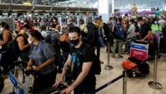 Französische Staatsbürger warten auf dem Flughafen in Bangkok auf den Rückflug nach Europa. (Bild: AFP)