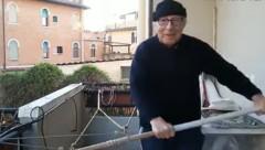 Lucio Dolcetta (82) hält sich mit Rudern am Balkon fit. (Bild: youtube.com/la Nuova di Venezia e Mestre)