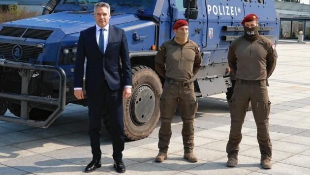 Innenminister Karl Nehammer mit den Rückkehrern (Bild: Zwefo)
