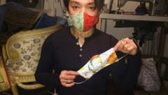 Modemacher La Hong mit seinen Mundschutz-Masken (Bild: APA/LA HONG)