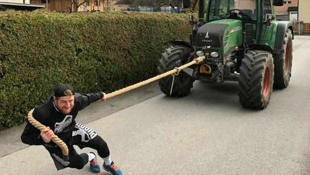 Ringer Daniel Gastl als Traktor-Zieher. (Bild: Daniel Gastl)