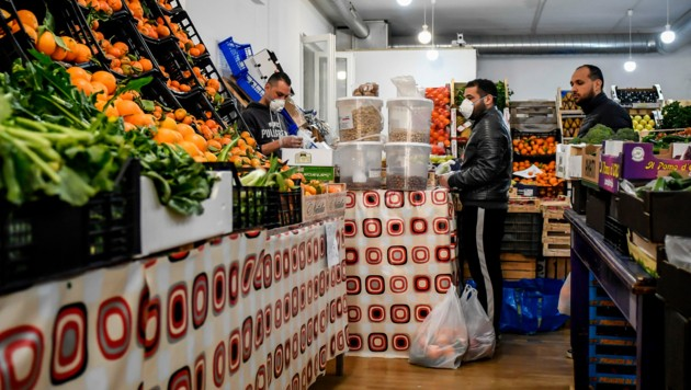 Menschen stehen in Codogno in der Lombardei im Lebensmittelladen an. (Bild: AP)