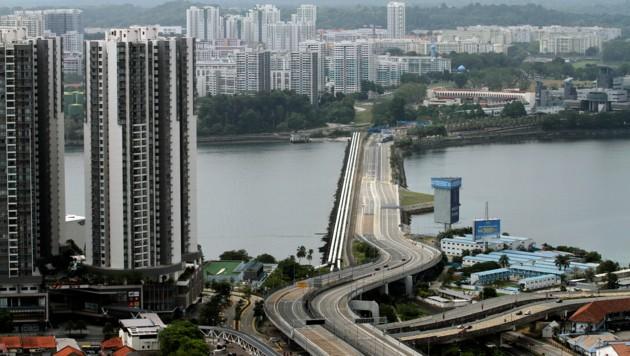Die leer gefegte Autobahn ins benachbarte Malaysia (Bild: ASSOCIATED PRESS)