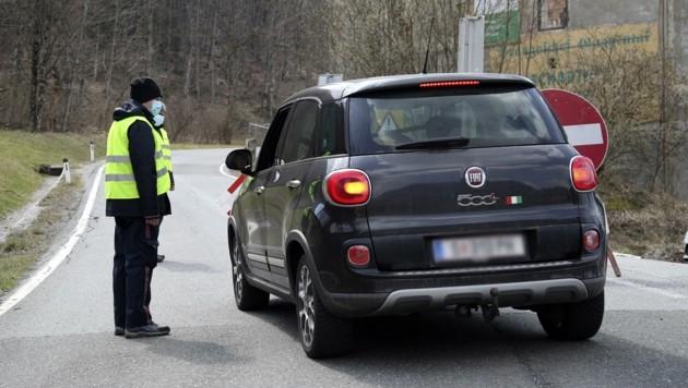 ÖWD-Mitarbeiter überwachten die Sperre in Guggenthal (Bild: Tröster Andreas)