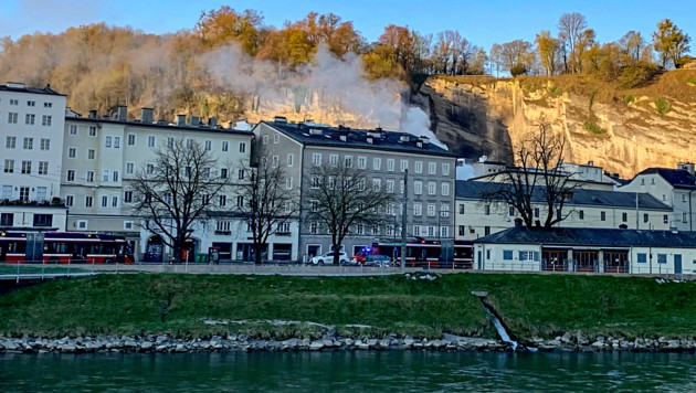 Rauchschwaden steigen über der Salzburger Altstadt auf (Bild: Markus Tschepp)