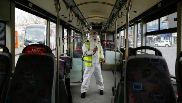 Ein Bus in Istanbul wird desinfiziert. (Bild: AP)