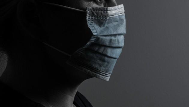 Der Räuber trug eine Covid-Schutzmaske (Bild: stock.adobe.com)