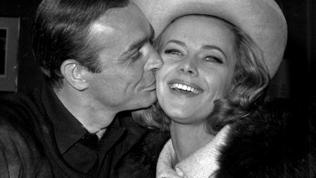 Honor Blackman mit Sean Connery im Jahr 1964 (Bild: AP)