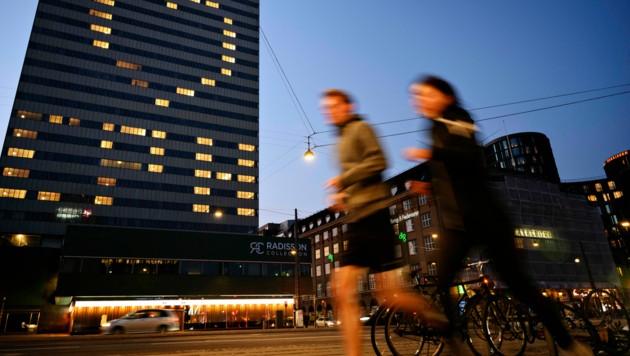 Jogger in der dänischen Hauptstadt Kopenhagen, vor einem Hotel, das zum Zusammenhalt während der Corona-Krise aufruft. (Bild: AFP)
