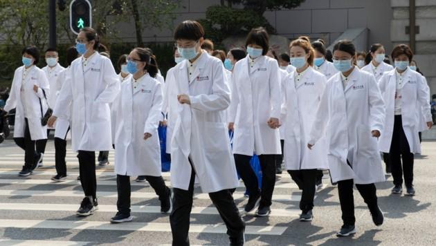 Chinesische Ärzte können ein wenig aufatmen. (Bild: AP)