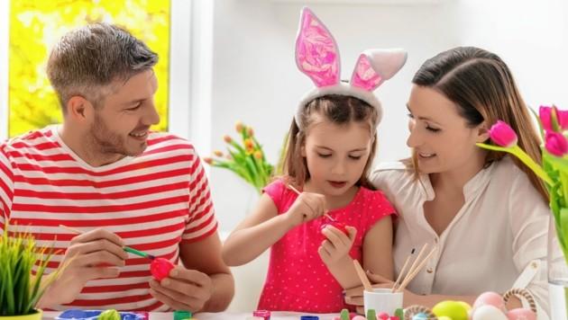 Mit den Kindern Ostereier bemalen macht Spaß und hat Tradition. (Bild: ©detailblick-foto - stock.adobe.com)