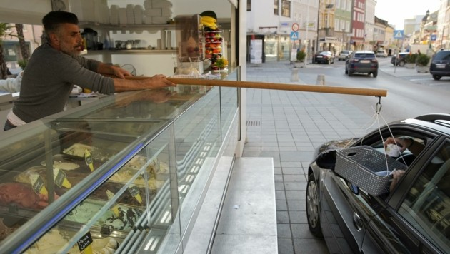 Das Drive-in von Suat Aslan erfreut sich großer Beliebtheit. Dennoch gibt es auch Kritik am Eis von der Stange. (Bild: Wenzel Gerhard)