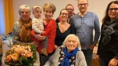 Ihren 105. Geburtstag konnte Maria Schwandtner (vorne) am 8. Jänner noch im Kreise ihrer Liebsten feiern. Nun gibt es telefonischen Kontakt. (Bild: Franzi Walch)
