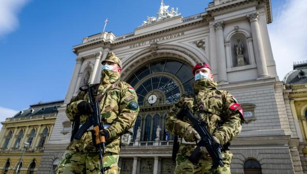 In Ungarn bewachen Soldaten der Armee öffentliche Gebäude, wie hier den Bahnhof in Budapest. (Bild: AFP)