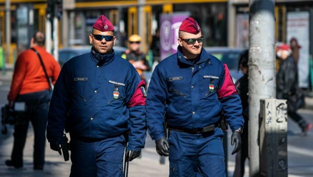 Ungarische Polizisten patrouillieren im Zentrum von Budapest und kontrollieren, ob die Bevölkerung sich an die Einschränkungen aufgrund der Corona-Krise hält. (Bild: AFP)