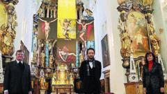 Pfarrer Franz Neumüller, Klaus Baumgartner und Maria Theresia Reisinger vor dem Fastenbild in der Pfarrkirche Stainz. (Bild: Christian Jauschowetz)