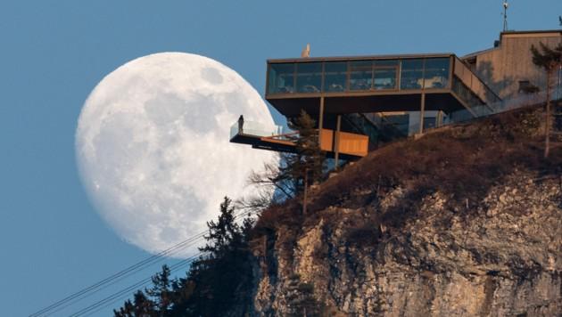 Der Supermond über der aktuell noch ruhigen Bergstation der Karren-Seilbahn. (Bild: Dietmar Stiplovsek)