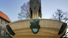 Das Gesicht auf dem Kiki-Kogelnik-Brunnen trägt neuerdings einen Nasen-Mund-Schutz. (Bild: Angelika Laggner)