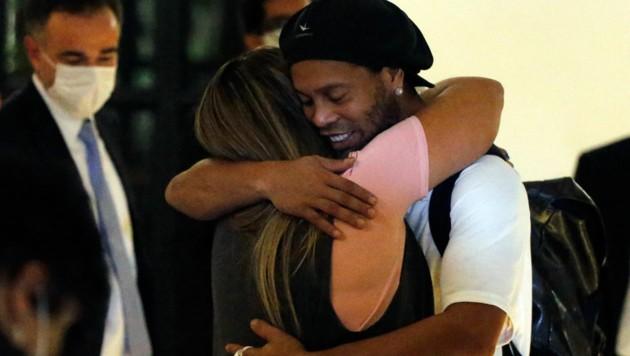 Ronaldinho umarmt seine Ehefrau, nachdem er im Hotel eintrifft, wo er unter Hausarrest steht. (Bild: AP)