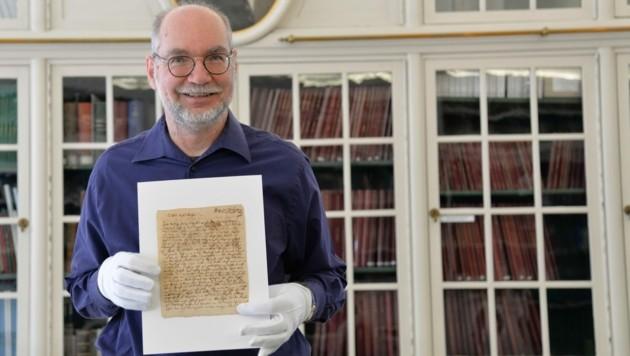 Ulrich Leisinger mit Mozart-Brief (Bild: Stiftung Mozarteum)