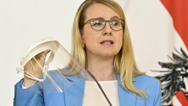 Wirtschaftsministerin Margarete Schramboeck (ÖVP) mit einem an der TU Graz entwickelten Gesichtsschutz für Ärzte aus dem 3D-Drucker (Bild: APA/HANS PUNZ)