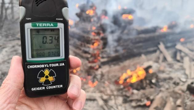 Die Radioaktivität im brennenden Wald rund um das ehemalige Atomkraftwerk im ukrainischen Tschernobyl liegt über den normalen Werten. (Bild: AFP)