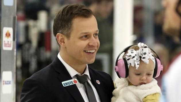 Bulls-Trainer Matt McIlvane mit Töchterchen Mila (Bild: Tröster Andreas)