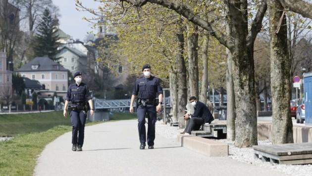 Zwei Polizisten halten Ausschau nach Corona-Sündern (Bild: Tschepp Markus)