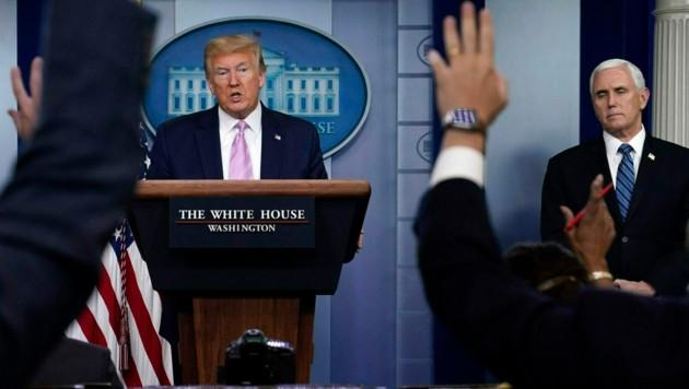 Donald Trump bei seiner täglichen Pressekonferenz im Weißen Haus (Bild: AP)