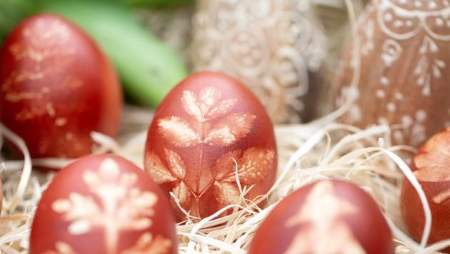 Mit Blättern lassen sich die Eier zusätzlich verzieren. (Bild: Andreas_Thomasser)