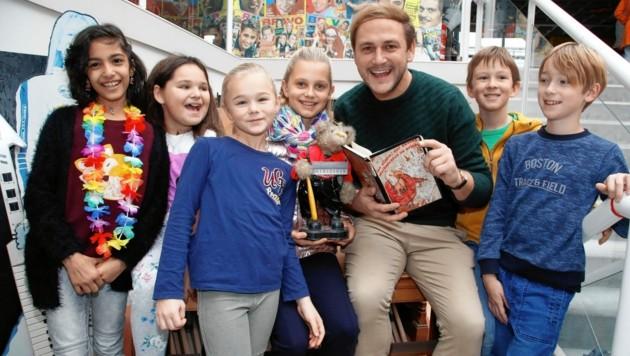 """Beim """"Abenteuer Lesen"""" in Kärnten lernten die Kinder Rod und Martin weihnachtlich kennen, nun hat Schauspieler Christian Krall neue Abenteuer geschrieben. (Bild: Rojsek-Wiedergut Uta)"""