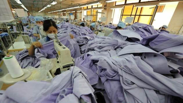 Viel Arbeit, wenig Geld - die Coronavirus-Krise macht Arbeitern in der Textilindustrie schwer zu schaffen. (Bild: AFP)