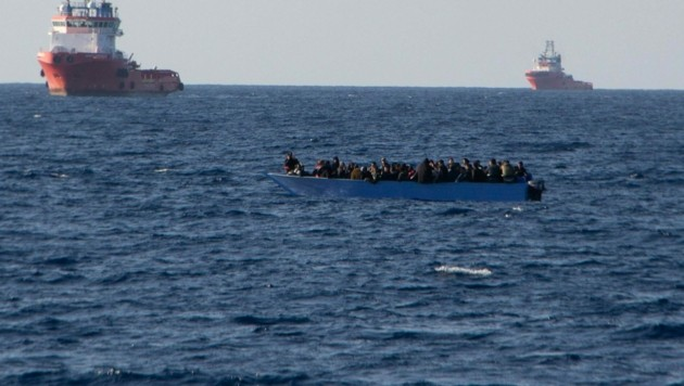 NGO-Schiffe von Sea Watch versuchen, ein Migrantenboot im Mittelmeer zu retten (Archivild) (Bild: AFP)