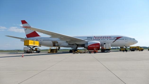 Am Ostersonntag traf eine Großlieferung mit Schutzkleidung für Oberösterreich am Linz Airport ein. (Bild: FLASHPICTURES.AT)