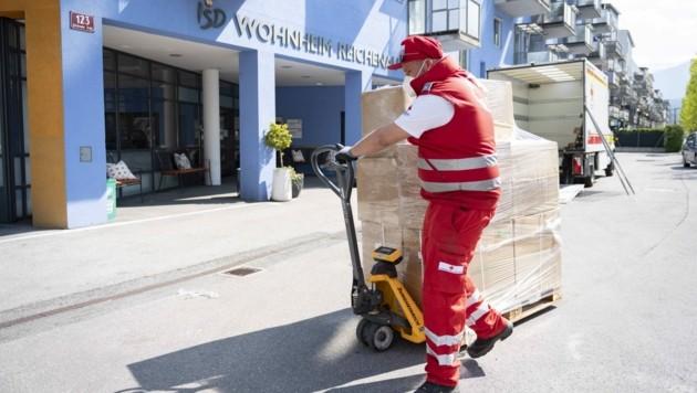 Die Schutzausrüstung wird direkt zugestellt wie beispielsweise den Senioren- und Pflegeheimen. (Bild: Land Tirol/Berger)