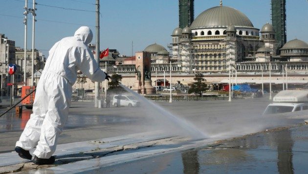 Der Taksim-Platz in Istanbul wird desinfiziert. (Bild: AP)