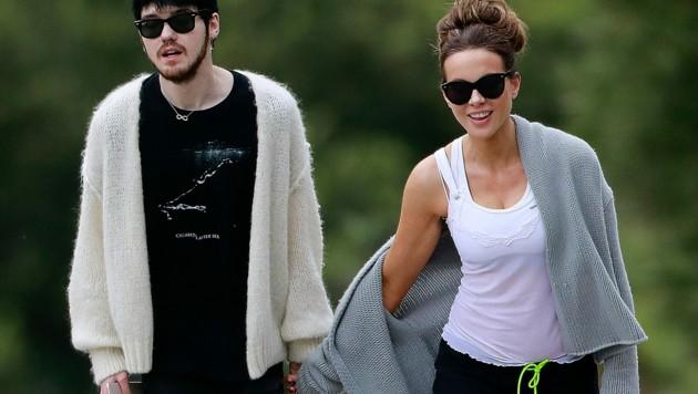 Kate Beckinsale beim Spaziergang mit ihrem 22-jährigen Freund Goody Grace (Bild: www.PPS.at)