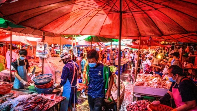 Auch inmitten der Pandemie sind Märkte in Asien, die auch teils lebende Wildtiere verkaufen, noch immer gut besucht. (Bild: AFP)