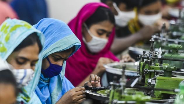 Bangladesch gilt nach China als der zweitgrößte Textilexporteur weltweit. Aufgrund der Corona-Pandemie stehen die Nähmaschinen jetzt still und die Näherinnen haben kein Einkommen mehr. (Bild: AFP)