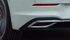 Das ist zwar nur eine Auspuffattrappe, aber auch aus dem verborgenen echten Auspuff kommt beim VW Golf 2.0 TDI nicht viel raus. (Bild: Volkswagen)