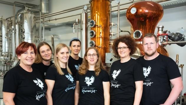 Die beiden Besitzer der Distillery Krauss Carmen und Werner Krauss (re.) mit ihrem Team. (Bild: Distillery Krauss)