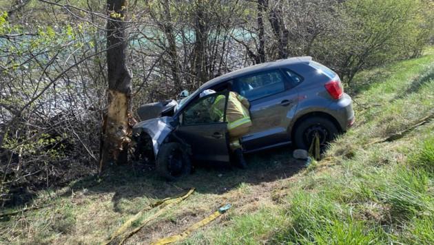 In Pfunds kam ein Pkw-Lenker von der Straße ab und prallte gegen einen Baum. (Bild: LIEBL Daniel)