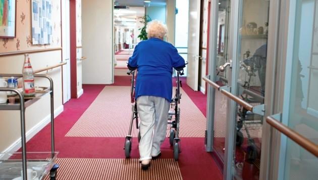 In 38 Kärntner Pflegeheimen werden aktuell 679 Corona-Infektionen verzeichnet (Symbolfoto). (Bild: Stefan Boness / Visum / picturedesk.com)